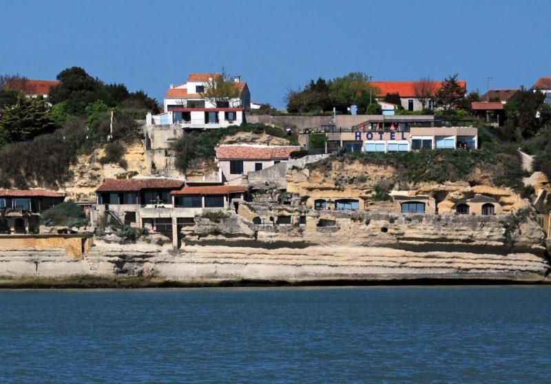 Vue des Grottes de Matata depuis l'estuaire