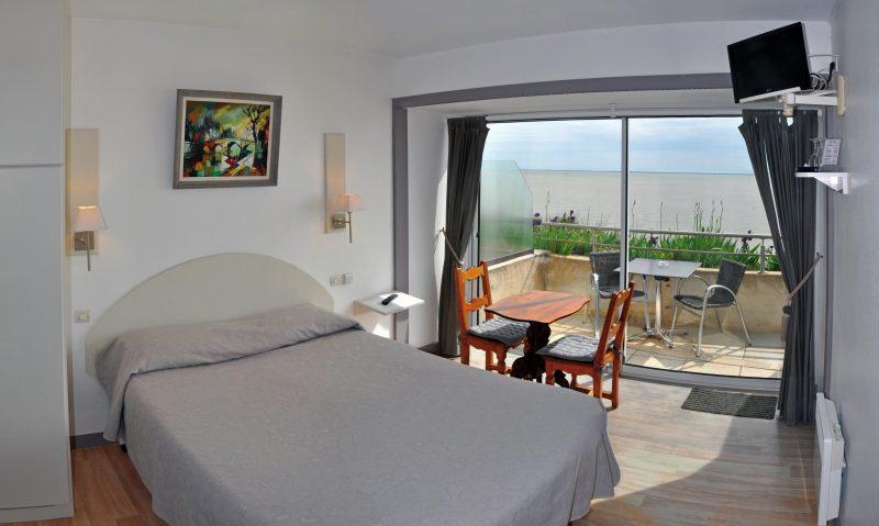 Hôtel des Grottes de Matata : chambre double avec douche