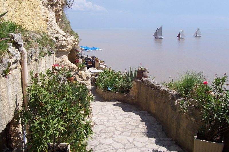 Terrasse de la crêperie des Grottes de Matata