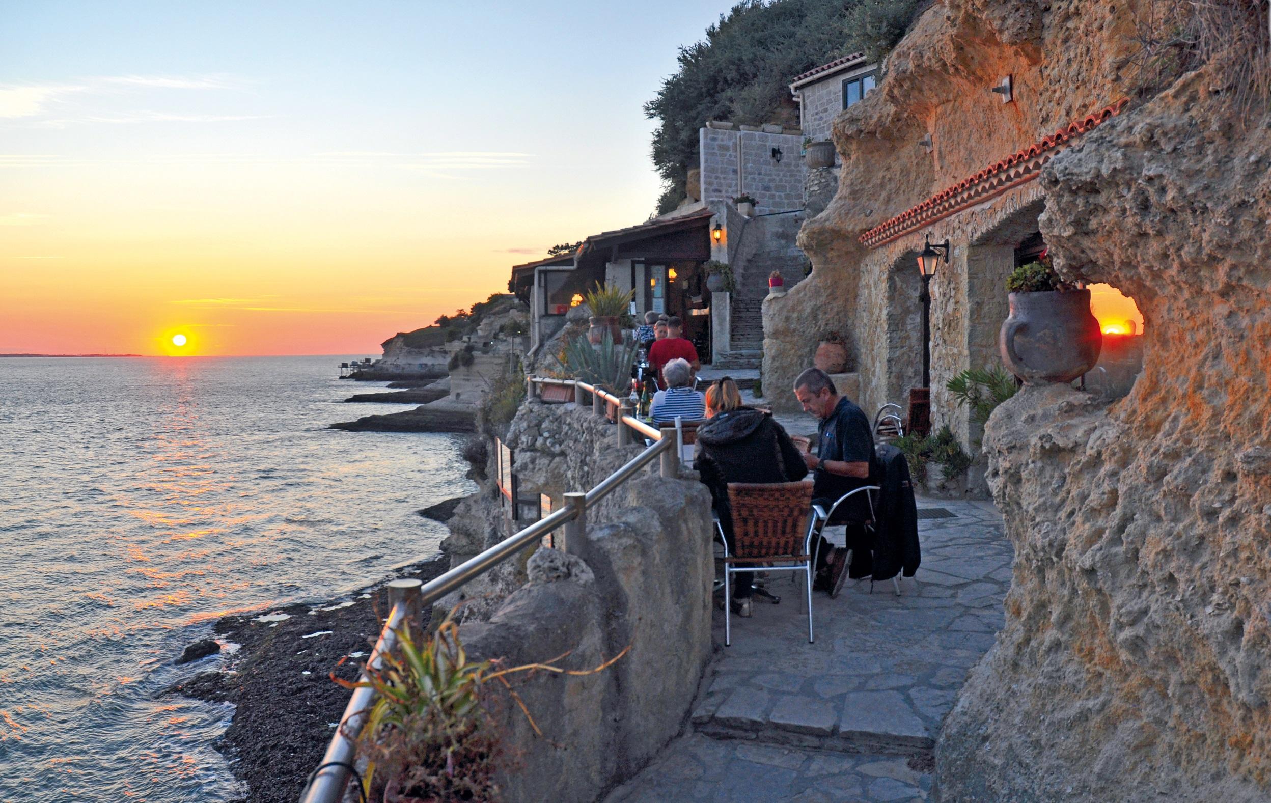 Les Grottes de Matata : terrasse de la crêperie et coucher de soleil